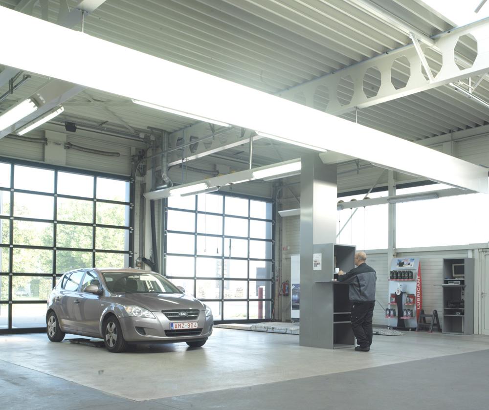 <p>Zone combinée: réception du véhicule + service rapide. <br />Les frises avec éclairage et points de raccordement en énergie ainsi que la colonne centrale de gestion et de produits sont des réalisations du département Workshop Design.</p>