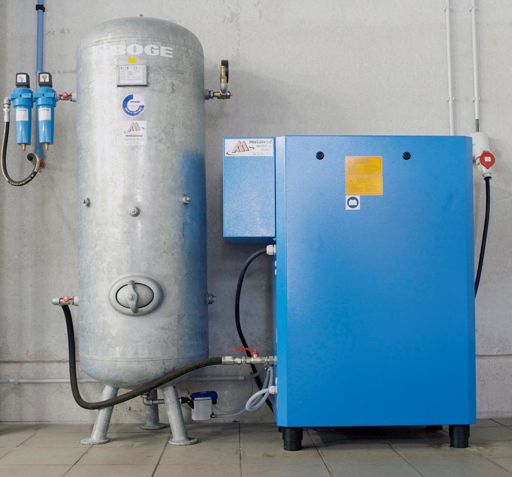 <p>Boge schroefcompressor + persluchtdroger. <br />Geluidsarme compressor aangesloten op een verticale voorraadtank van 350 l.</p>