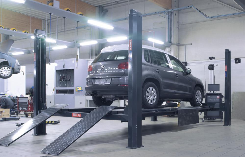 <p>Stertil Koni 4 T 4-palenhefbrug met wieluitlijnset waarop zowel een VW UP als een lange bestelwagen past. <br />John Bean 3D Visualiner met cameralift.</p>