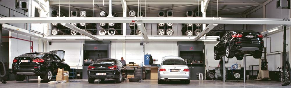<p>Autop Masterlift tweelinghefbruggen met Pv opname, zwenkarmen en rijbanen. <br />Een mix voor elk werk - en voertuigtype. <br />Friesconstructies met ingebouwde verlichting, energieconecties, productzuilen, .... zijn een Workshop Design realisatie.</p>