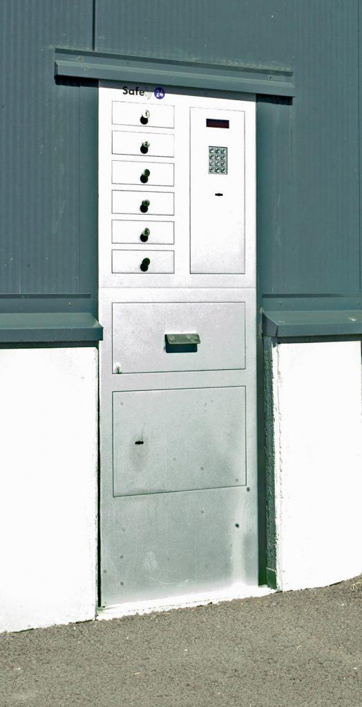 <p>Safety 24<br />Documenten/ sleutelschuif en zes programmeerbare afhaalladen.</p>