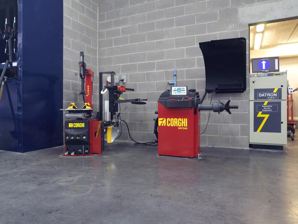 <p>Corghi bandendienstapparatuur. <br />Bandendemonteerder met 3de hand (hulpapparatuur).</p>