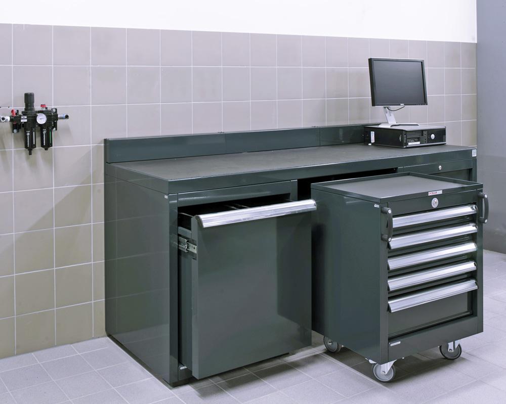 <p>DEA - werk- en opbergmeubel. <br />Onder de werkbank past een mobiele schuifladenkast - links een afvalbak.</p>
