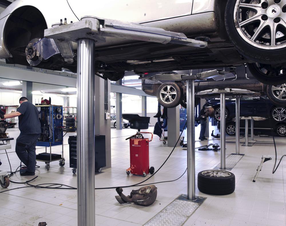 <p>Saa 230 betekent: hefzuigers op 2,3 m - hefcapaciteit 3,5 T- dubbel telescopische zwenkarmen - opnamehoogte slechts 70÷95 mm.<br />Saa 230 betekent: dat het voertuig wordt opgenomen zoals voorgeschreven en onderaan maximaal vrij en bereikbaar is. <br />De producten- en energieverdeling werd centraal tussen de werkplaatsen gesitueerd gezien zowel voertuigen met voor- als achterliggende motor bereikbaar dienen te zijn.</p>