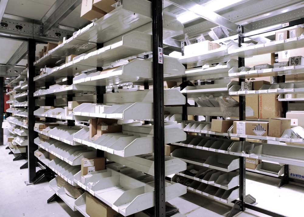 <p>Armes Modul 90 modulair onderdelenmagazijn met bakschabben. <br />Geen palen die het zicht op en de toegang tot de onderdelen belemmeren.</p>