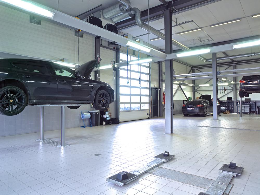 <p>Autop Masterlift Sport 3T. <br />Lage, slanke zwenkarmen scharnieren op hefzuigers met 2,30 m onderlinge afstand. <br />Het ontwerp en constructie van de friesconstructies met verlichting en centraal gepositioneerde product- en energieverdelingen zijn het werk van de afdeling Workshop Design.</p>