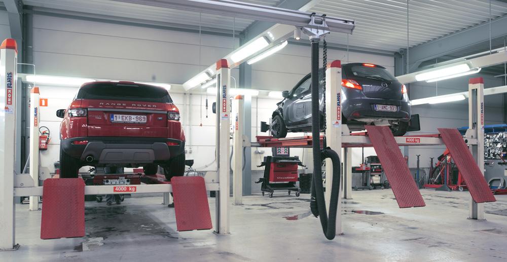 <p>Stertil Koni 4-palenhefbruggen 4T voor Land Rover en voor wieluitlijning van alle merken.<br />De modulaire rail-uitlaatgasafzuiging is van S-tec (Fischer). <br />De verlichting van de werkplaatsen werd op gereduceerde hoogte en op friezen geplaatst.</p>