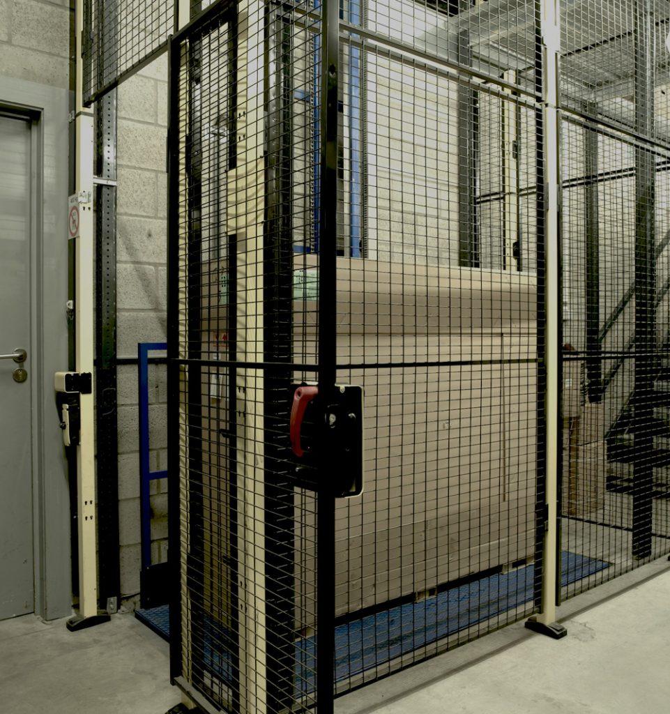 <p>Hydral hydraulische goederenlift met drie stopplaatsen en 400 kg hefcapaciteit</p>