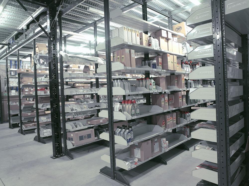 <p>Armes Modul 90 onderdelenmagazijn op 2 niveau's met lichtdoorlatende roostervloer.</p>