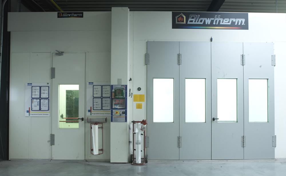 <p>Blowtherm type Extra spuitcabine met naastliggend labo - 2x11 kW - 32.000 m3/h - frequentie gestuurde motoren - Fast dry & ECO programma - open kanaalbrander op gas.</p>