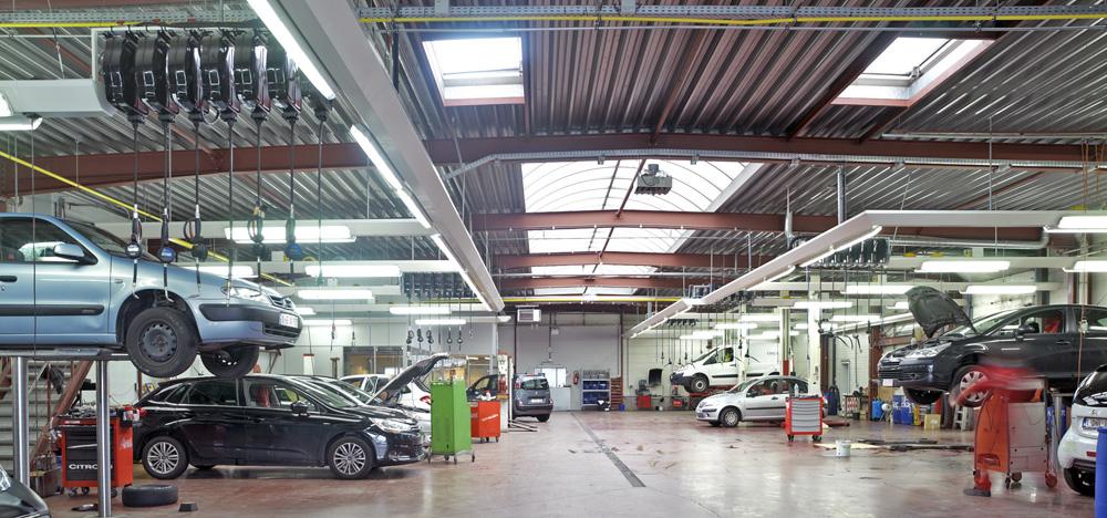 <p>Het atelier kreeg een nieuwe layout. <br />Hefbruggen werden gerecupereerd en met nieuwe Autop en Stertil Koni types aangevuld.<br />Friesconstructies, verlichting, producten- en energieverdeling zijn het werk van de afdeling Workshop Design.</p>