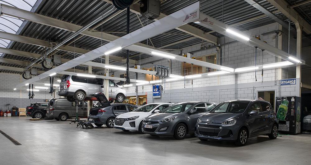 <p>Ook de werkzones voor Hyundai voertuigen zijn voorzien van friesconstructies, waarop verlichting, producten- en energieverdeling zijn gemonteerd.<br />De uitlaatgasafzuiging met oprollers is van <strong>S-tec</strong> (Fischer).</p>