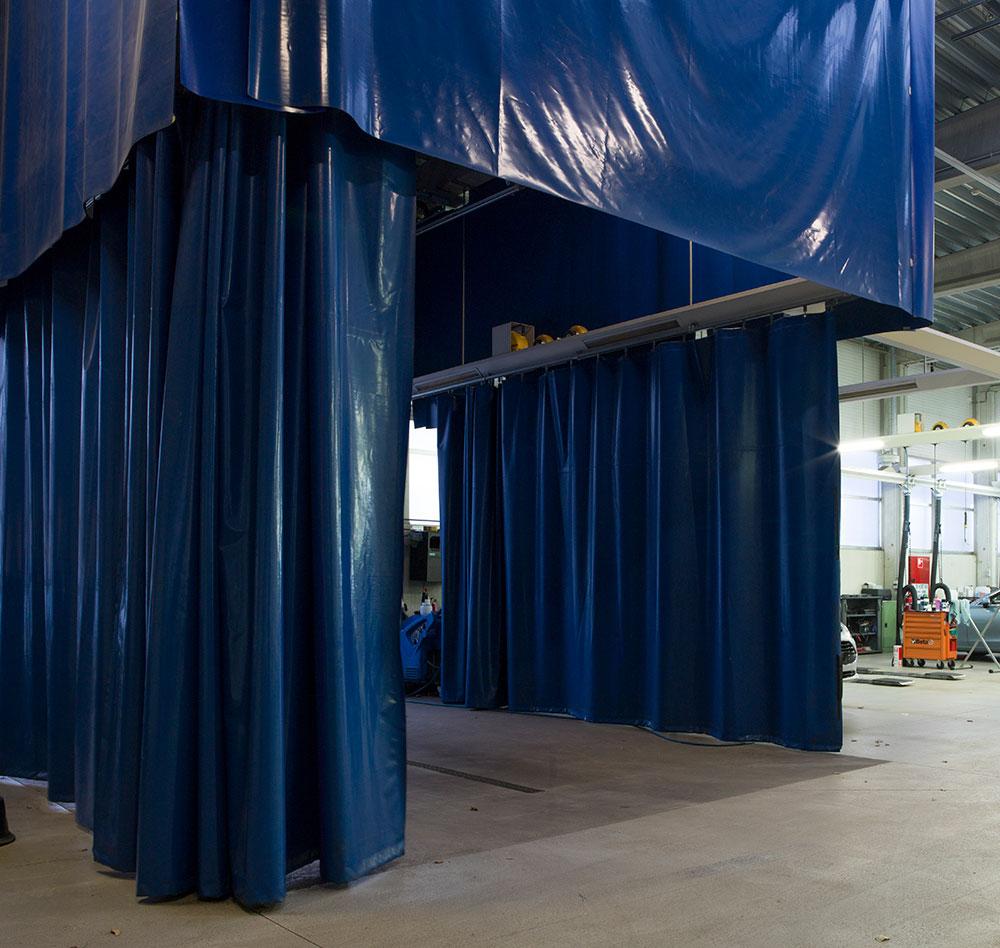 <p>Een waszone werd in de garage geïntegreerd.<br />De afscherming reduceert hinder voor externen tot het minimum.</p>