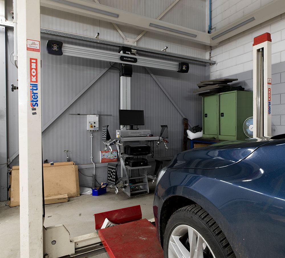 <p><strong>John Bean 3D</strong> wieluitlijner en <strong>Stertil Koni</strong> 4-palenhefbrug.<br />Opgesteld in de Volvo afdeling maar eveneens gebruikt door de andere merken.</p>