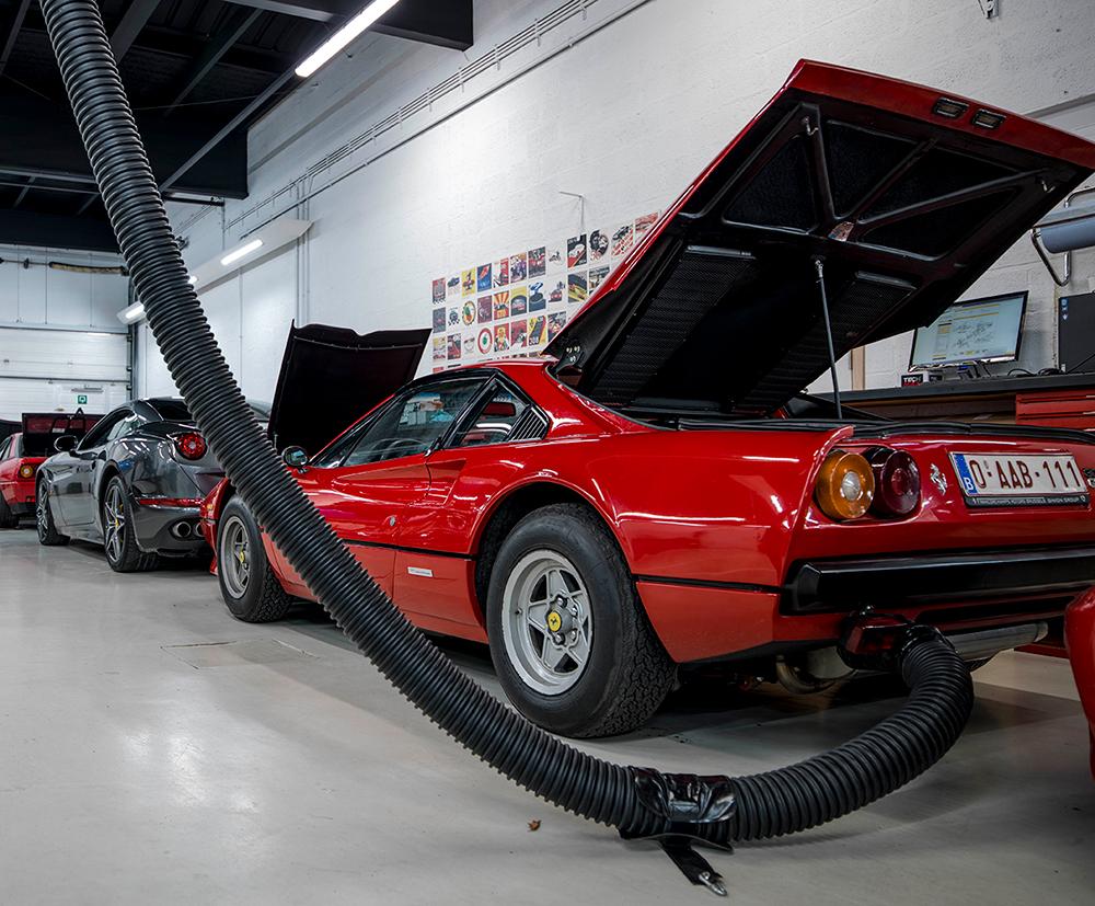 <p>De capaciteit, de slangen, ... van de <strong>S-tec</strong> (Fischer) uitlaatgasafzuiging zijn in verhouding met de krachtige motoren van Ferrari's.</p>