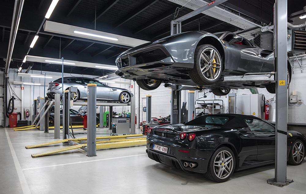 <p>Ferrari's zijn breed terwijl de deuren bij het openzwaaien veel plaats innemen. <br />De kolommen van de <strong>Stertil Koni</strong> 2-palenhefbruggen staan daarom 30 cm meer uit mekaar dan bij klassieke versies.<br />Mooi meegenomen is dat de hefbrug tevens een dubbele parkeerplaats oplevert.</p>