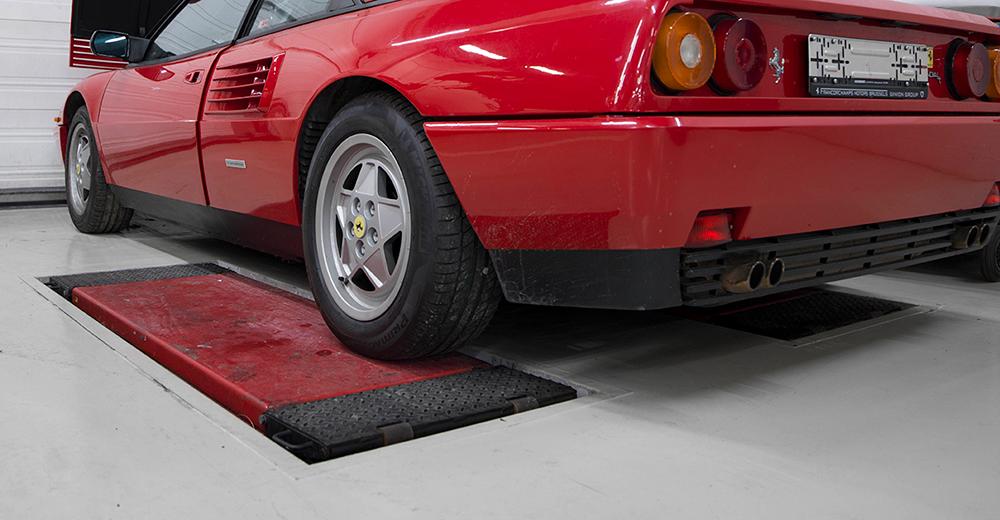 <p>3 in de vloer geïntegreerde schaarhefbruggen welke het voertuig via het chassis opnemen.</p>
