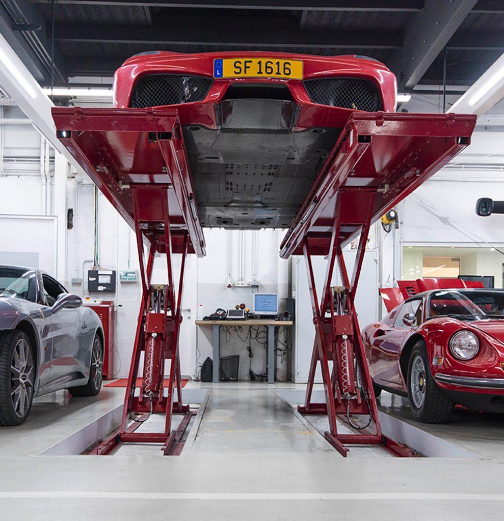 <p>In de vloer geïntegreerde <strong>Omer Stealth</strong> schaarhefbrug.<br />Zelfs extra laag gebouwde voertuigen hebben geen moeite met vlot en schadeloos oprijden.</p>