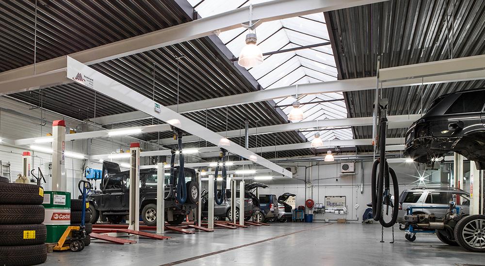 <p>&nbsp;</p><p>4- en 2-palenhefbruggen zodat het opnemen van Jaguars en Land Rovers schadeloos en in alle veiligheid kan gebeuren.<br /><strong>Stertil Koni</strong> en <strong>AutopStenhoj</strong>.</p>