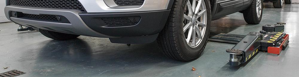 <p>In de Drive-in Service werd een <strong>AutopStenhoj</strong> tweelinghefbrug met zwenkarmen ingebouwd welke zowel een personenwagen als elke 4x4 kan opnemen.</p>