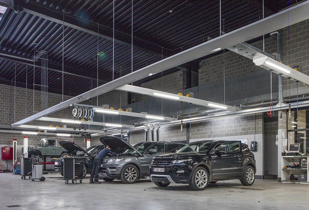 <p>De merken Jaguar en Land Rover vereisen specifieke hefbruggen.<br />→ in de vloer geïntegreerde<strong>AutopStenhoj</strong> tweelinghefbruggen van diverse types +<br />→ een <strong>ATH</strong>5,5 T schaarhefbrug met rijbanen. <br />Voor wieluitlijnwerk werd voor een <strong>Stertil Koni</strong> 4-palen geopteerd.</p>