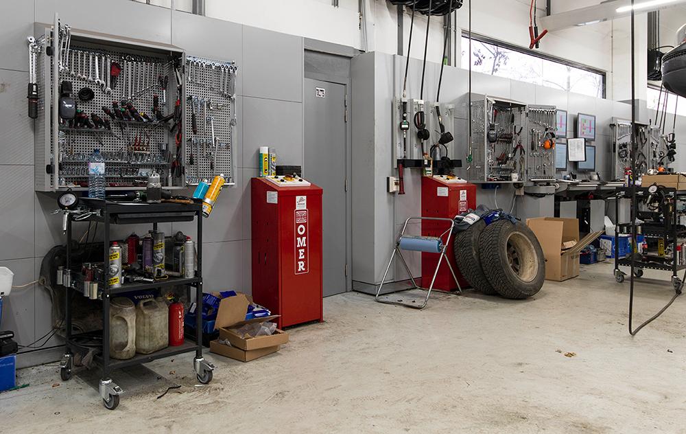 <p><strong>VPS gereedschapskasten<br /></strong>De wandkast is bedoeld voor 2 techniekers. Op de binnenkant van beide deuren bevinden zich dezelfde, meest gangbare gereedschappen, voor elke technieker een set. <br />In de kast zitten gereedschappen voor gezamenlijk gebruik.<br />Op een apart bord in de directe nabijheid bevinden zich de meest gebruikte speciale Volvo gereedschappen.</p>