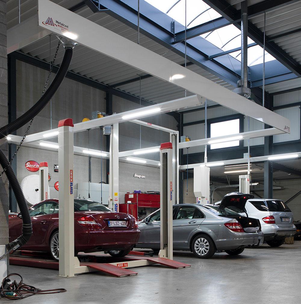 <p>Des constructions stables de frises avec des batteries d'enrouleurs encastrées, déservant chacune 2 zones de travail: <br />⇾ les éclairages LED économe en énergie proche du zone de travail,<br />⇾ produits et énergie à proximité de main.</p>