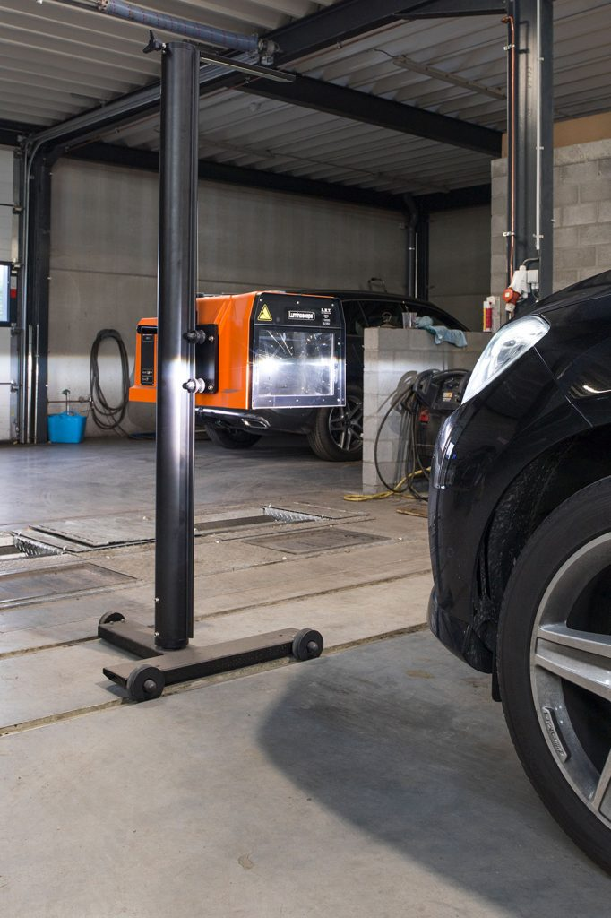 <p>Règlophare <strong>LET</strong> placé sur des rails devant le testeur de frein et de suspension.</p>