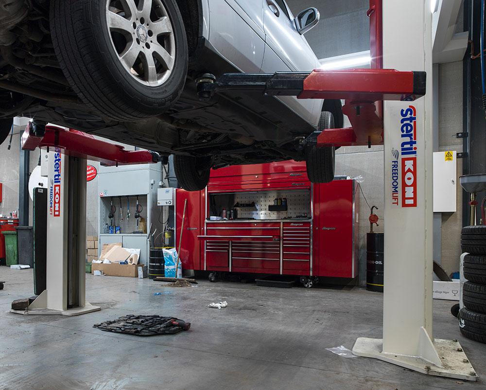 <p><strong>Stertil Koni</strong> 2-palenhefbrug waarmee zowel een personen- als een grote bestelwagen, stabiel en in alle veiligheid opneembaar zijn.</p>