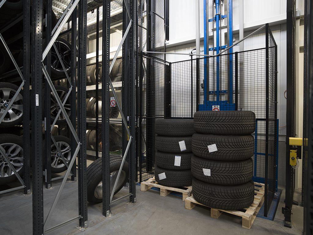 <p><strong>Hidral</strong>goederenlift voor banden- en wielentransport.</p>