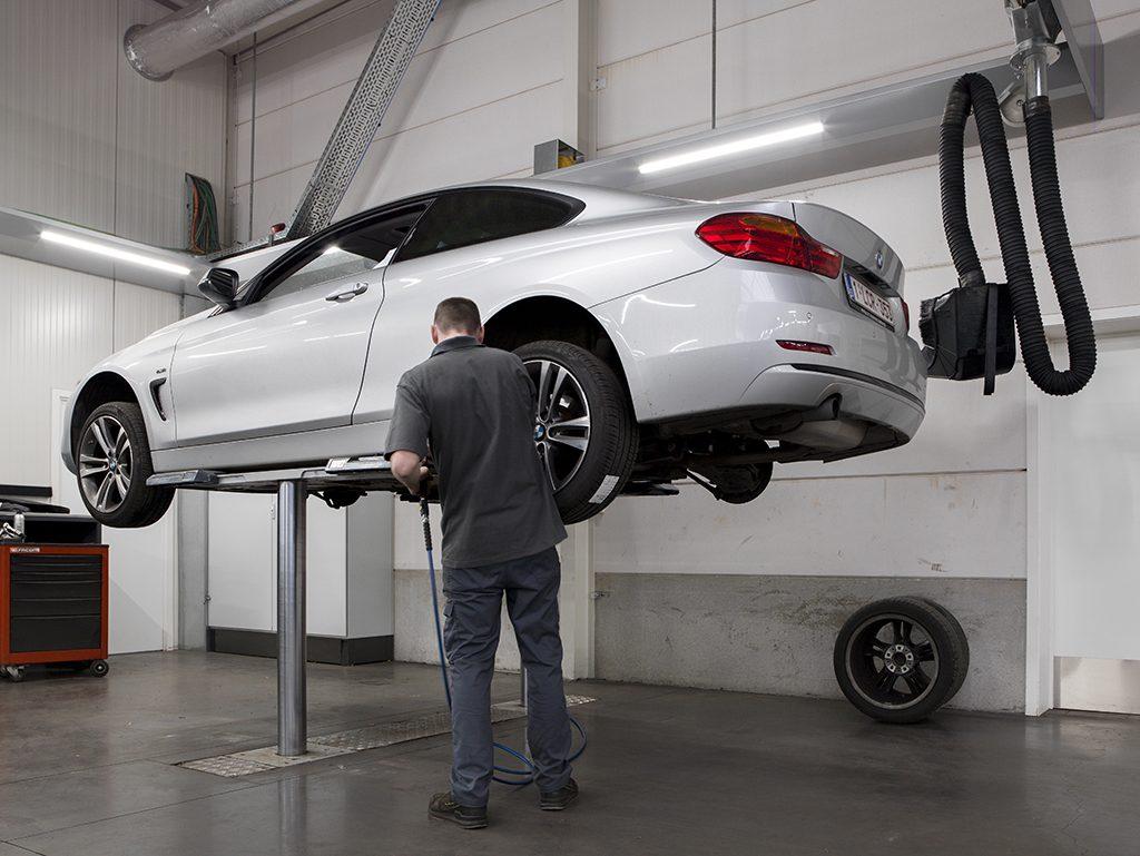 <p><strong>S-tec</strong> (Fischer).<br />Hoe de uitlaat er ook uitziet of waar ook verborgen, met het SLS uitlaatgassysteem zijn zij bereikbaar zonder risico op beschadiging van het voertuig.<br />Het makkelijk positioneerbare systeem is bruikbaar <br />⇾ voor een voertuig op de vloer of<br />⇾ op een hefbrug waar het de beweging van het voertuig volgt.</p>