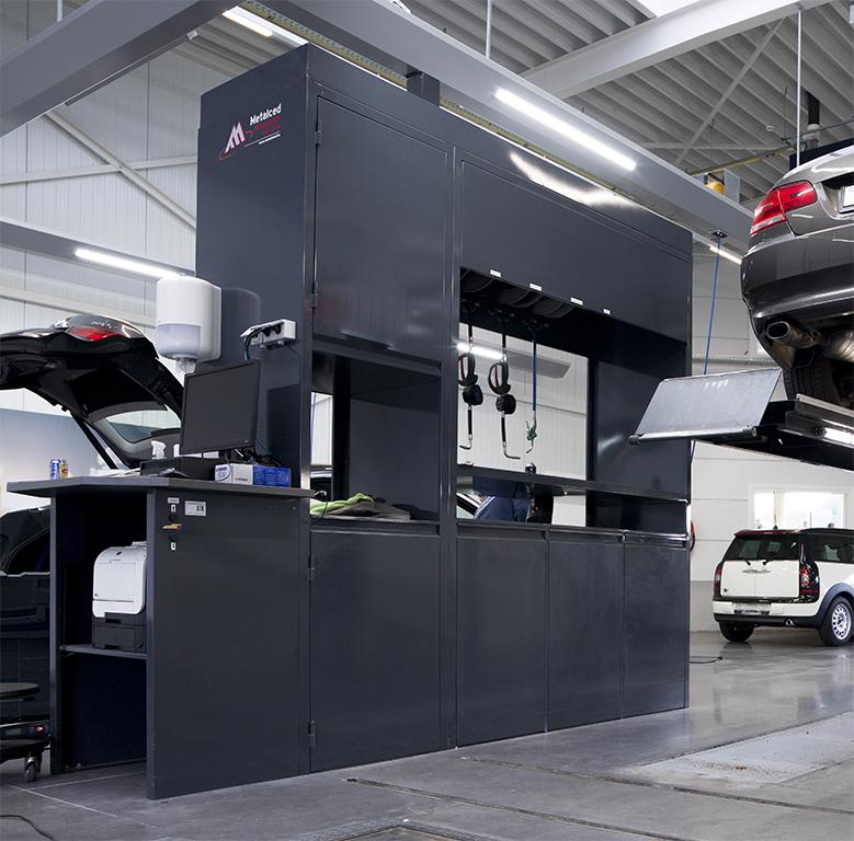 <p>De centrale kast in de Drive-in Reception is maatwerk en bevat:</p><p>⇾ bediening van de hefbruggen<br />⇾ slangoprollers voor verdeling van oliën, koel- en ruitensproeivloeistof, perslucht, looplampen en 220 V<br />⇾ administratietafel, PC en printer<br />⇾ opbergkasten voor afvalcontainers</p>
