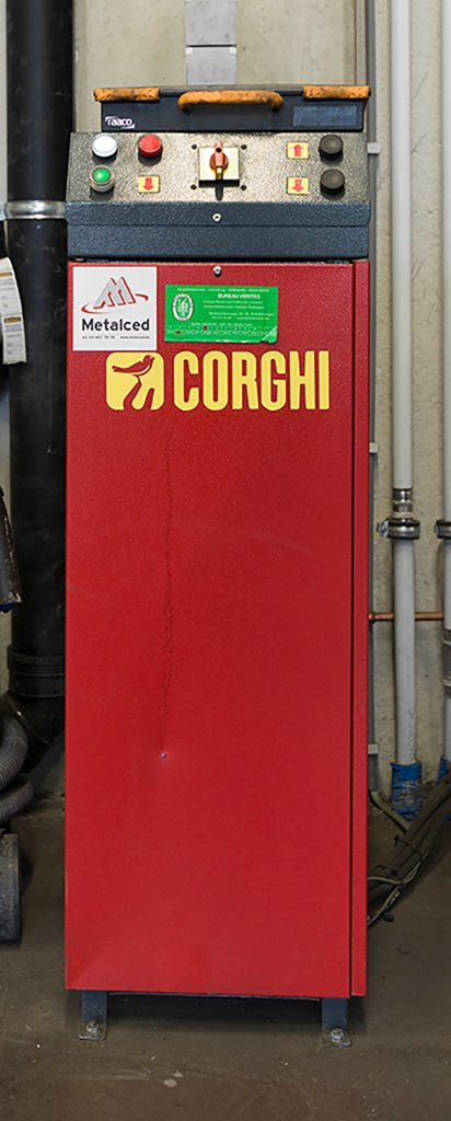 <p>De bedieningskast van een <strong>Corghi</strong> schaarhefbrug waarin de motorgroep verwerkt zit, neemt amper plaats in.</p>
