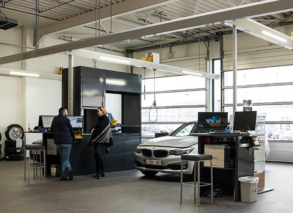 <p>Drive In receptie met 3 werkposten, elk met een <strong>AutopStenhoj</strong>tweelinghefbrug. <br />De posities naast de centrale servicekast, fungeren tevens voor <br />Quick Service activiteiten</p>