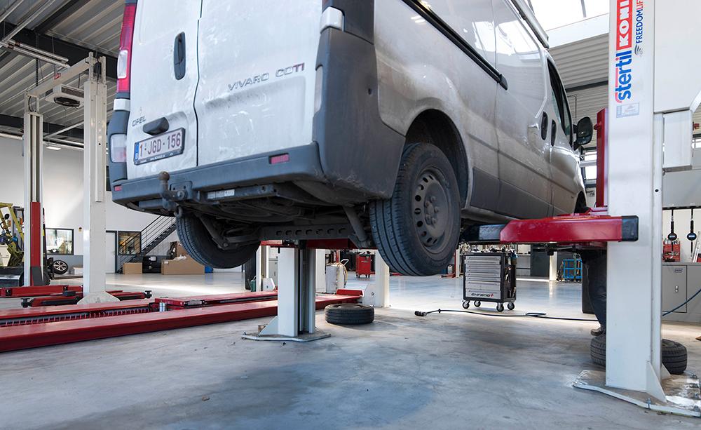<p>Afdeling voor bestelwagens.<br />Combinatie van 2- en 4 palenhefbruggen van<strong> Stertil Koni.</strong></p>