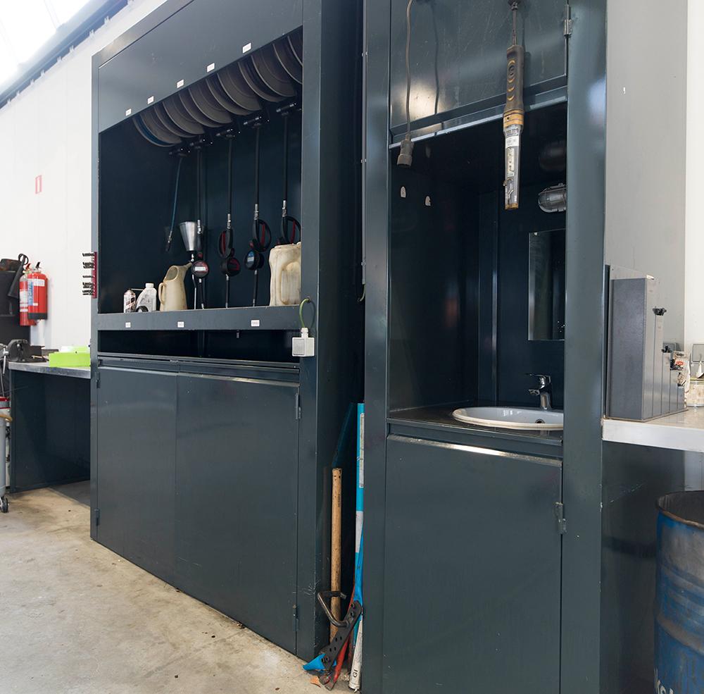 <p>Kasten op maat.<br />Links o.m. voor verdeling van producten via slangoprollers.<br />De rechtste kast bevat een wasbakje.<br />Beiden hebben onderaan opbergruimtes met deuren.</p>