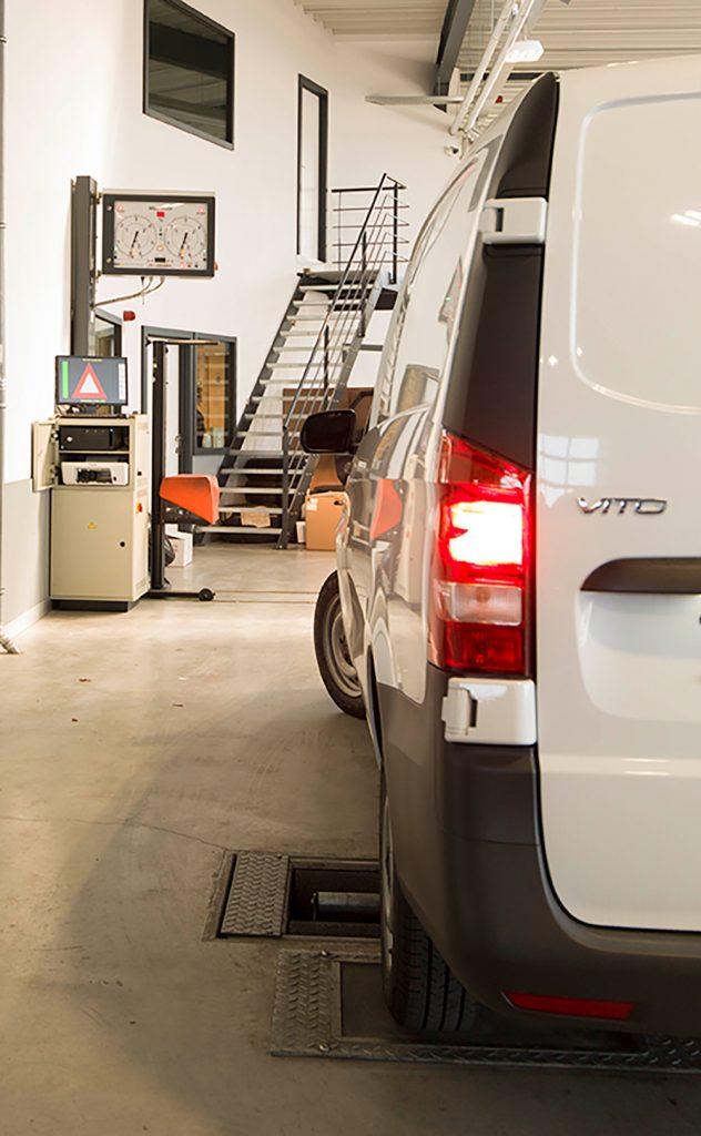 <p><strong>AHS</strong> rollenremtestbank, voldoende breed en capaciteit voor het testen van grote bestelwagens.<br /><strong>Datron as</strong>e Eusama ophangingstester.<br /><strong>LET</strong> lichtenregelaar op rails.</p>