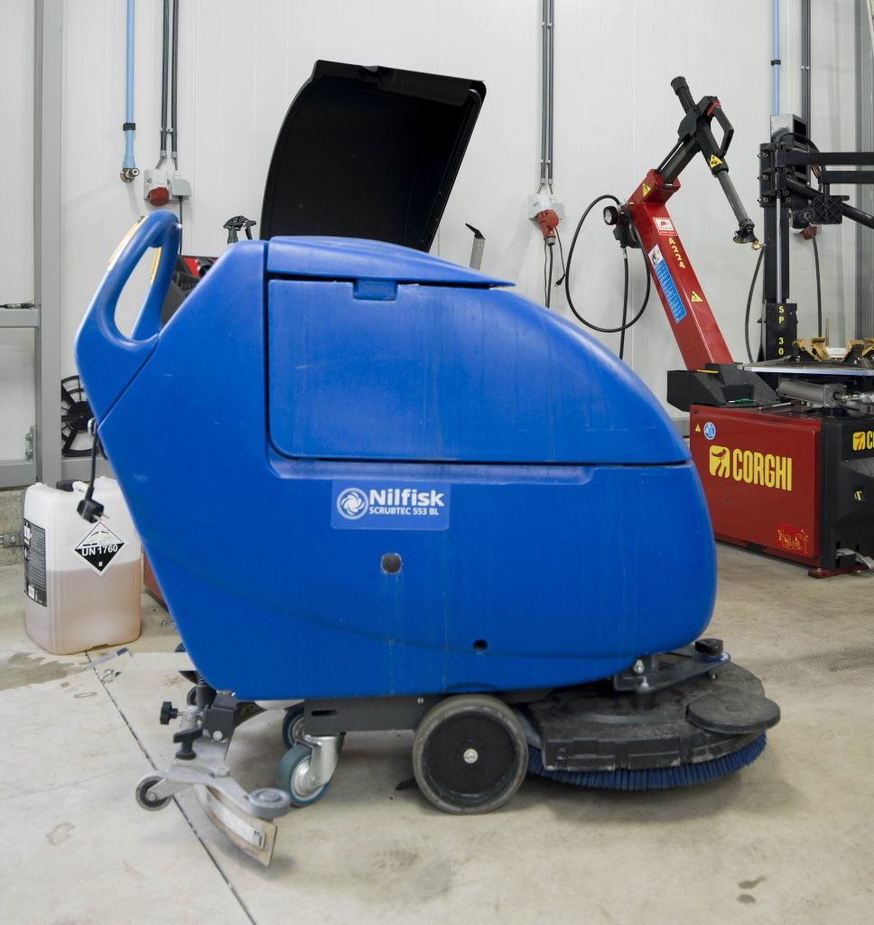 <p><strong>Nilfisk</strong> schrob- en zuigautomaat.</p>