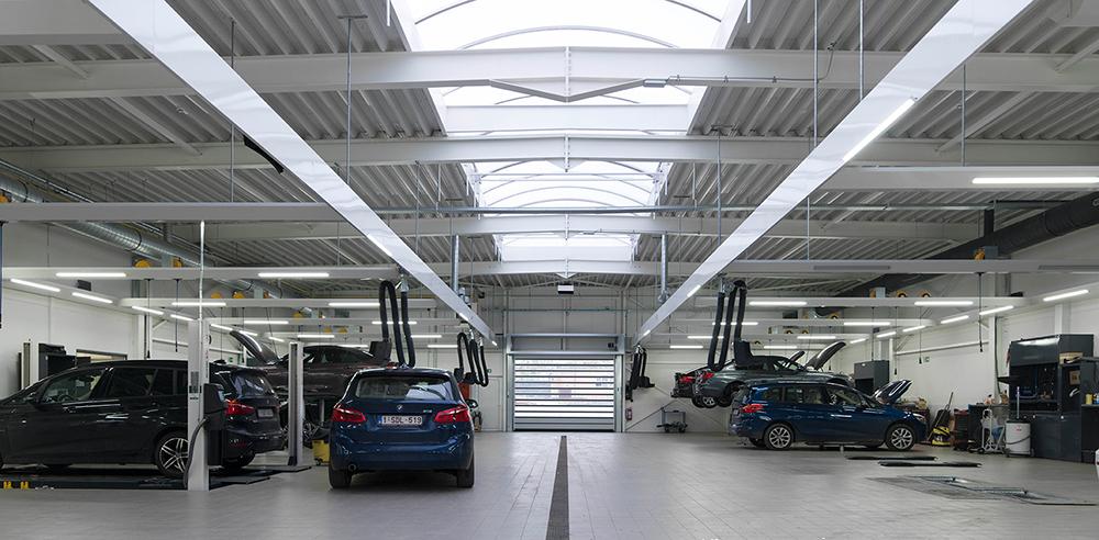 <p>Werkplaats met meerdere soorten hefbruggen.<br />Friesconstructies waarin LED verlichting,<strong>Zeca</strong> oprollers met elektrische draad of persluchtslang en een <strong>S-tec</strong>uitlaatgasafzuiging zijn geïntegreerd.</p>