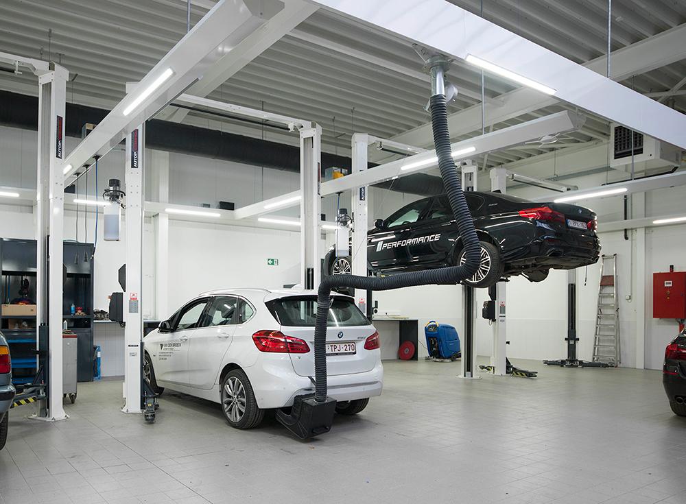 <p>2-palenhefbruggen<strong>AutopStenhoj Magnat 3,5 T</strong>. De hefbruggen zijn voorzien van een langzaamdaalventiel en geschikt voor alle BMW voertuigen.<br /><strong>S-tec SLS</strong>(Fischer) uitlaatgasafzuiging welke past voor elke uitlaat en bij heffen of dalen het voertuig volgt.</p>