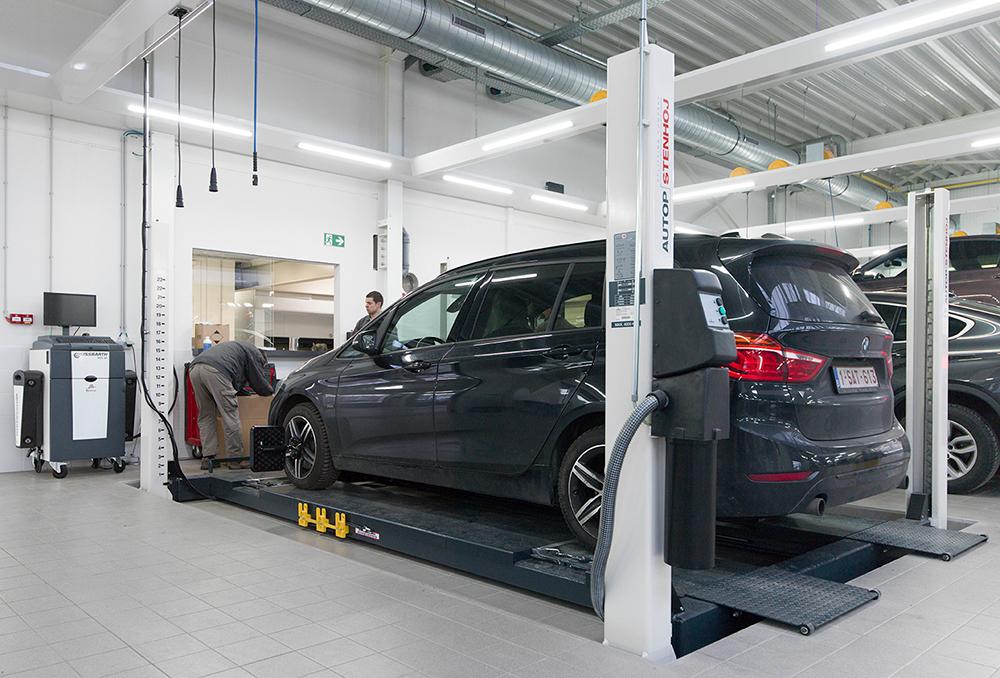 <p><strong>OEM apparatuur.<br />AutopStenhoj</strong> 4-palenhefbrug en <strong>Beissbarth</strong> uitlijnappartuur volgens BMW voorschriften.<br />De hefbrug werd in de vloer gebouwd wat de toegang makkelijk maakt.</p>