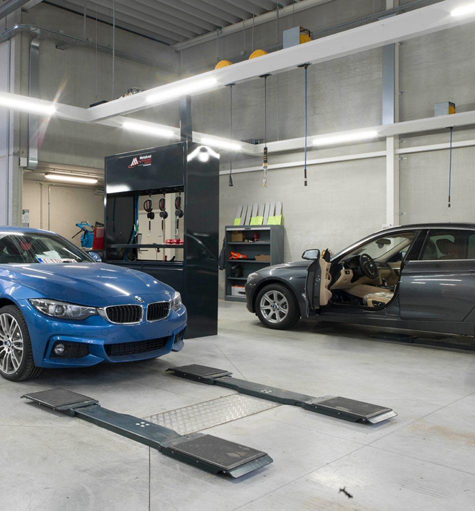 <p>Elke zone werd uitgerust met een <strong>AutopStenhoj</strong> tweelinghefbrug met universeel opnamechassis.<br />De variabele lengte van het chassis tussen 1,7 en 2,4 m is een BMW standaard. Hierop passen alle types en uitvoeringen van het merk.</p>