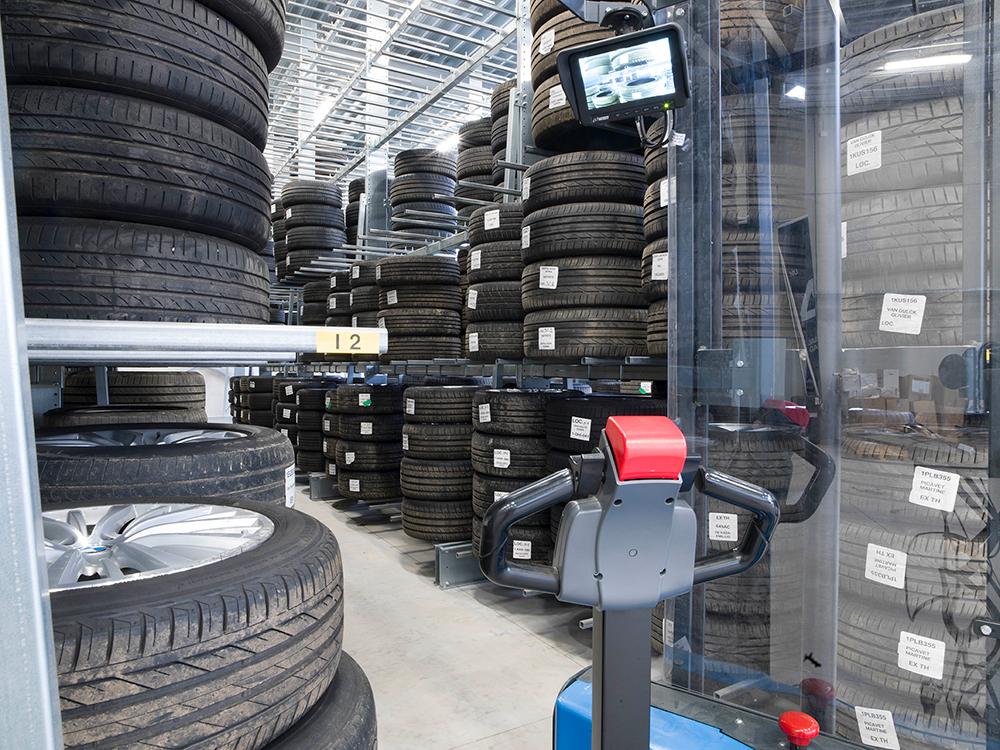 <p><strong>Svenska Lager - bandenhotel.</strong><br />De lift is uitgerust met een beeldscherm zodat men ziet waar wielen in de rekken te plaatsen/ op te nemen.</p>