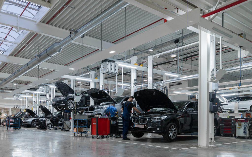 <p><strong>Workshop Design</strong> lichtfriezen zorgen voor een ideale verlichting van de werkzones rondom de wagen<br />In de stevige en stabiele constructies zijn zowel energiezuinige lichtarmaturen als slangoprollers verwerkt.</p>