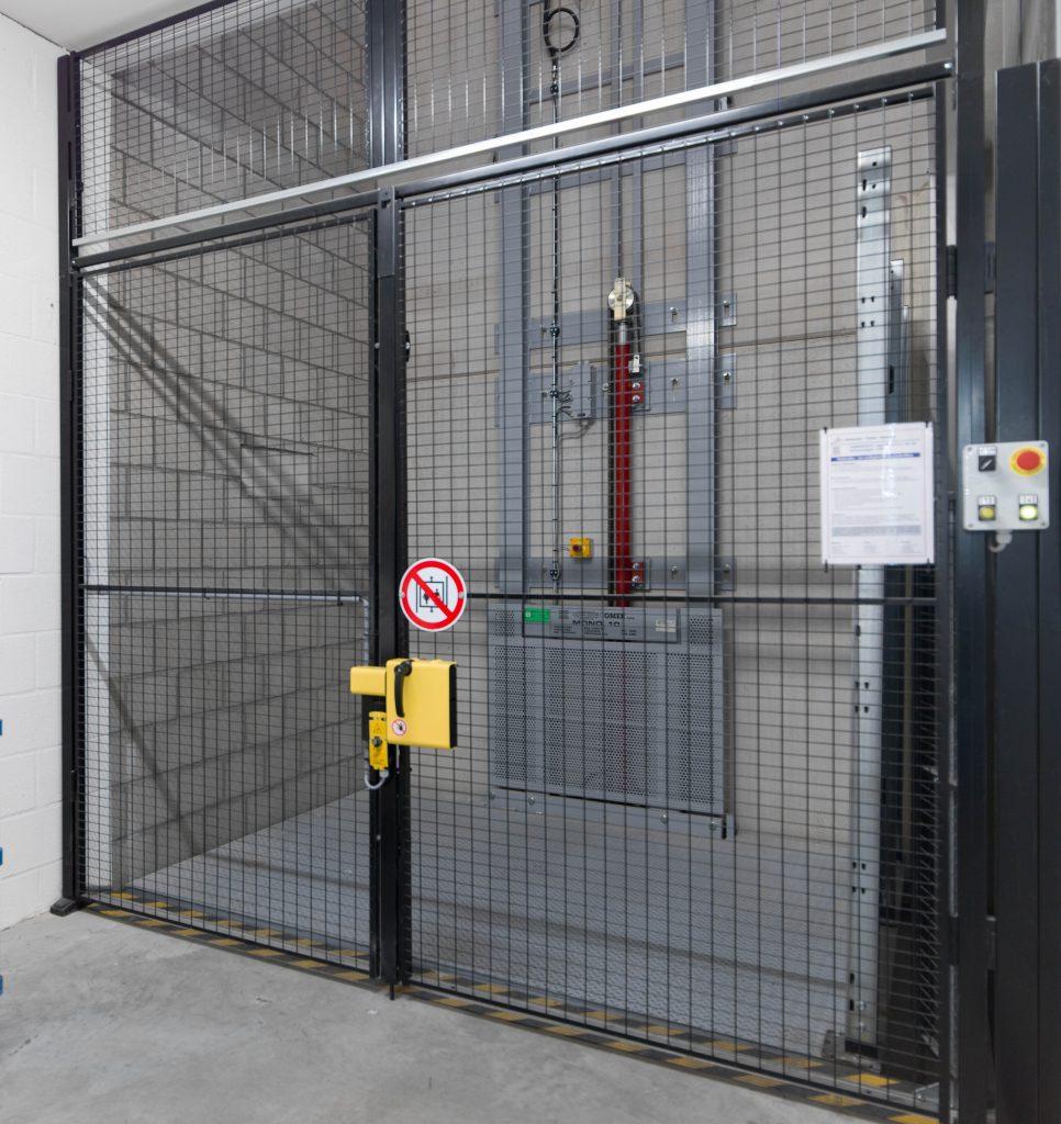 <p>Goederenlift met veiligheidsdeuren<strong><br />Omer Mono 10<br /></strong></p><p>Belastbaar: 1000 kg<br />Platform: 2 x 2 m<br />Hefhoogte: 3 m<br />Aantal stopplaatsen: 1</p>