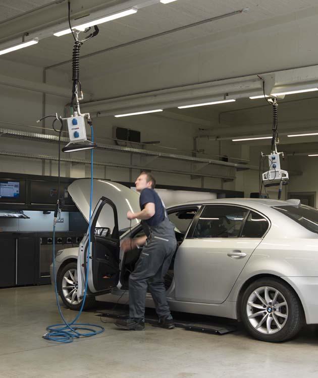 <p>De opgehangen energieboxen met aansluitingen voor elektriciteit en perslucht. Als extra werd een batterijlader aangebouwd welke tijdens werkzaamheden voertuigen van veilige en correcte spanning voorziet.</p>