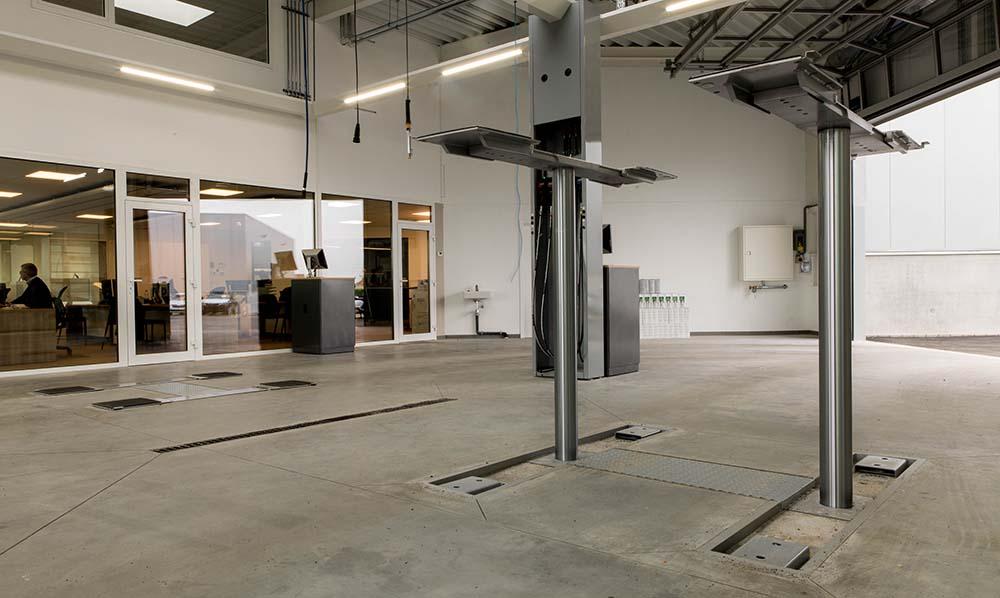 <p><strong>Autop Stenhoj</strong>: ponts jumeaux dans lazone '<strong>Réception Directe</strong>' . <br />Les deux ponts sont équipés d'un châssis de levage en H encastré dans le sol qui permet un accès facile.</p>