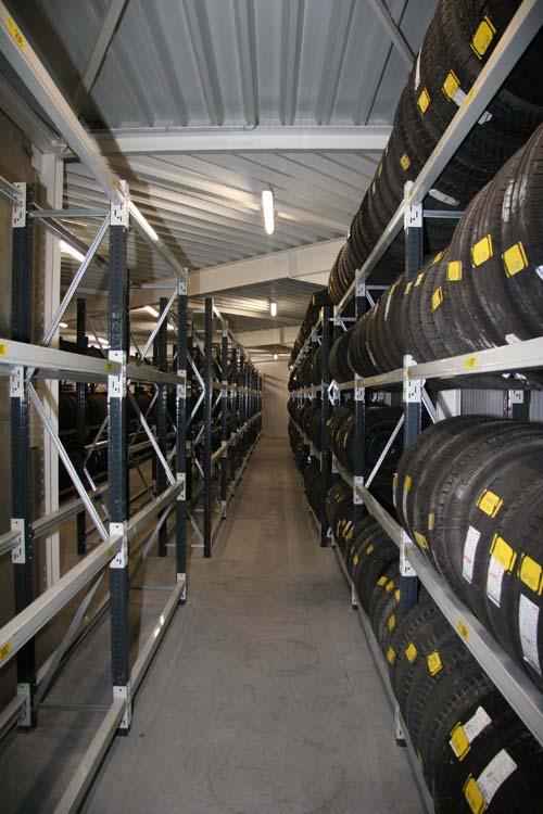 <p>Magasin <strong>pneus et roues</strong> à l'étage.</p>
