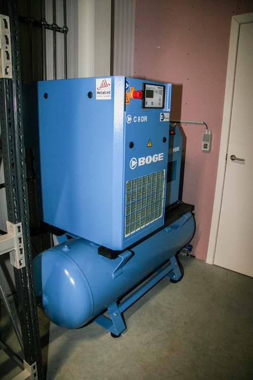 <p><strong>Boge</strong> persluchtcenter.<br />Geluidsarme schroefcompressor op tank en voorzien van een persluchtdroger.</p>