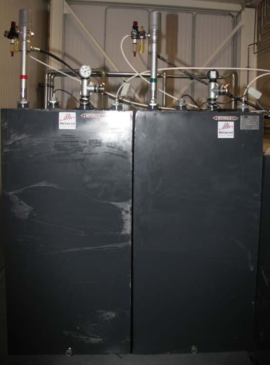 <p>Stockage de l'huile. <br />Les réservoirs ont été fabriqués sur mesure.</p>